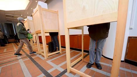Enemmistö suomalaisista, 59 prosenttia, haluaa pitää kuntavaalit ennallaan huhtikuussa. Koronariskin takia vain prosentti suomalaisista kertoo jättävänsä äänestämättä.