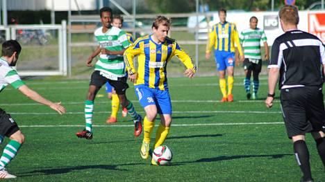 Juho Torkkeli (pallon kanssa) vauhdissa Rauman Pallo-Iirojen ottelussa kaudella 2015.