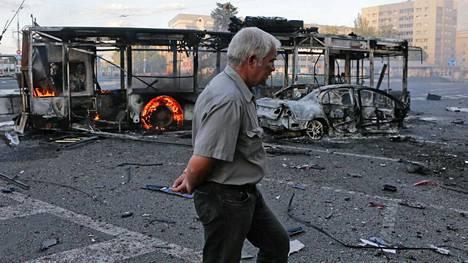 Donetskin keskustaan osui perjantaina ammuksia, jotka muun muassa sytyttivät tuleen linja-auton.