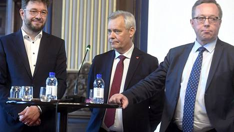 Työministeri Timo Harakka, pääministeri Antti Rinne ja valtiovarainministeri Mika Lintilä hallituksen ja työmarkkinajärjestöjen yhteisessä työllisyysseminaarissa 19. kesäkuuta.