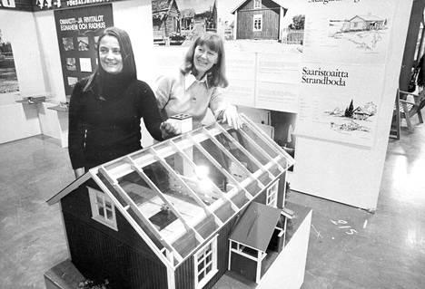 Suunnittelijat Pi Sarpaneva ja Maj Kuhlefelt Habitare-näyttelyssä vuonna 1973.