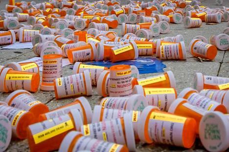 Mielenosoittajat kasasivat tyhjiä lääkepurkkeja opioidivalmisteita tuottavan yhtiön toimitalon edustalle Stamfordissa, Yhdysvalloissa, viime syyskuussa.