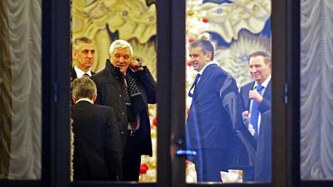 Neuvotteluihin Minskissä osallistuivat muun muassa Venäjän Valko-Venäjän-lähettiläs Alexander Surikov, Venäjan Ukrainan-lähettiläs Mihail Zurabov entinen Ukrainan presidentti Leonid Kutshma.