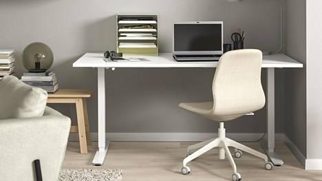 Etätyöaikana kannattaa satsata esteettisiin ja ergonomisiin kalusteisiin. Ikean Skarsta-työpöytä 160x80 cm, 229 euroa, ja 120x70 cm, 199 euroa.