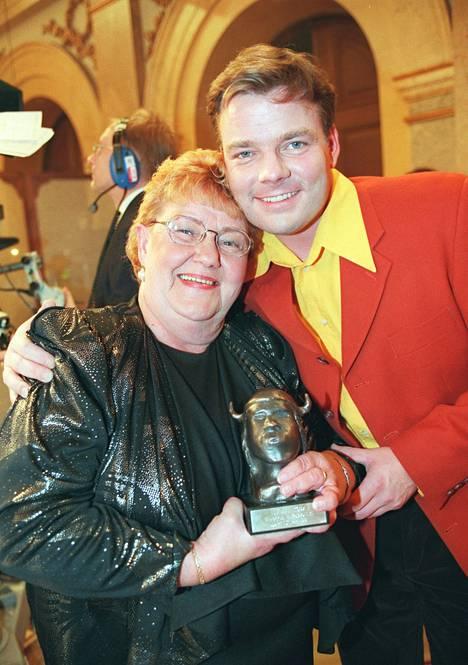 Jari Sillanpää äitinsä Raijan kanssa uransa alkuaikoina Emma-gaalassa 1998.