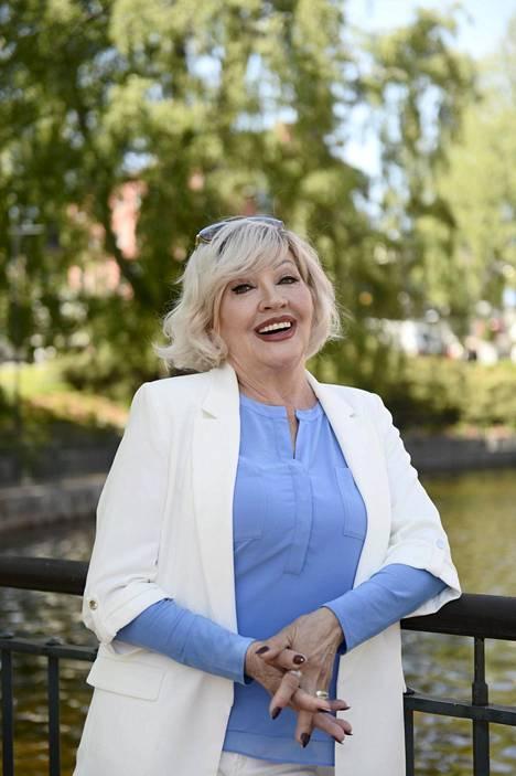 Hannele Lauri eläytyy Seija Kuulaksi.