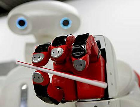 Hellä ote. Twendy-One-robotti pystyy pitelemään pilliä ilman, että se puristuu.