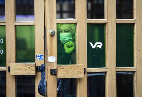 Maskien käyttö joukkoliikenteessä on jo yleistä. Kuva Helsingin päärautatieasemalta 6. lokakuuta.