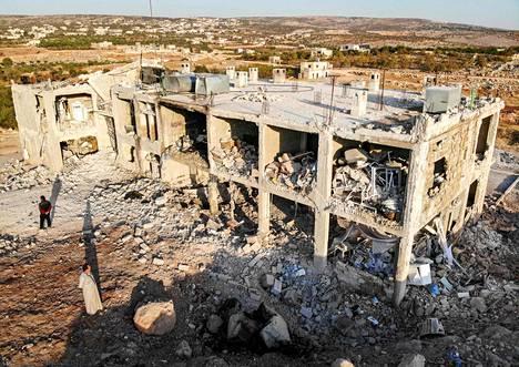 Kapinallislähteiden mukaan tämä rakennus oli sairaala, joka tuhoutui ilmaiskussa Shinanissa, Idlibin maakunnassa, 6. marraskuuta.