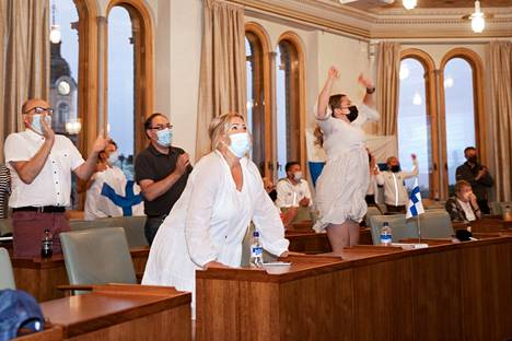 Matti Mattssonin tukijat repesivät riemuun Porin kaupungintalossa.