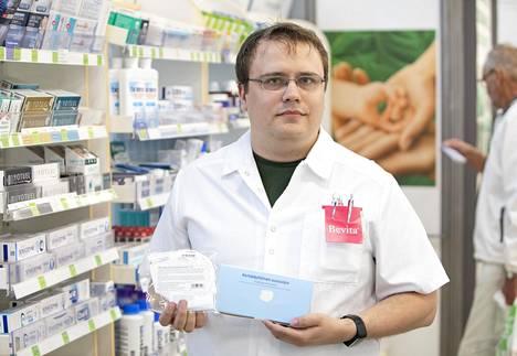 Espoon apteekin farmaseutin Sampo Muhosen mukaan aiemmin hengityssuojaimia myytiin kolme pakettia vuodessa, nyt niitä menee satoja laatikollisia.