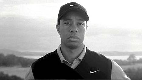 Niken mainoksessa Tiger Woods kuuntelee edesmenneen isänsä läksytystä naisseikkailuistaan. Elin-vaimo on raivostunut mainoksesta.