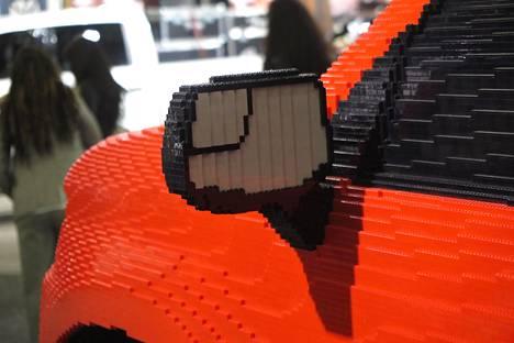 Yksityiskohdat ratkaisevat, niinpä peilissä on myös laajakulmapeilin alue. Tosin Legoista tehtynä muodot ovat vähän kulmikkaat.