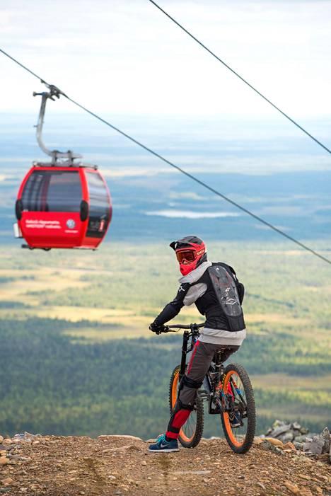 Maastopyöräretken voi aloittaa myös gondolilla, joka vie maastopyöräilijät 719 metriin.