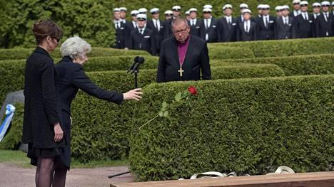 Tellervo Koivisto jätti ruusun presidentti Mauno Koiviston arkun päälle. Vieressä tytär Assi Koivisto.