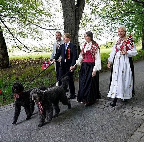 Kuninkaallinen perhe kuvattuna Norjan kansallispäivänä toukokuussa 2020.