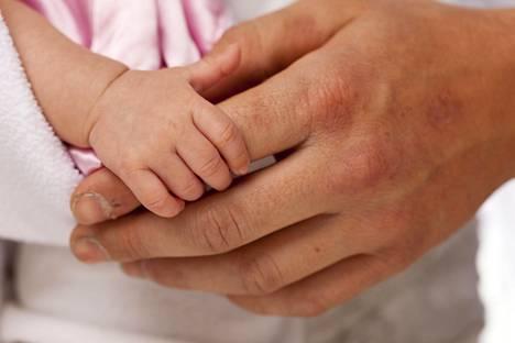 Muutos perhemyönteisempään kulttuuriin on alkanut näkyä 2000-luvulla. Kuvituskuva.