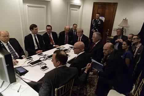 Presidentti Donald Trump kuvattuna Floridan Mar-a-Lago-huvilallaan kuulemassa tilannepäivitystä Syyriaan tehdystä ohjusiskusta.