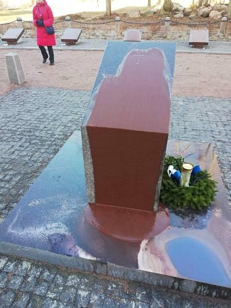 Tältä näyttää Koiviston sankarihautausmaan muistopaasi ilkivallantekijöiden jäljiltä. Kiven tekstiä ei näy lainkaan.