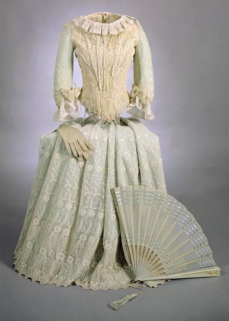 Mary Slöörin valtiopäivätanssiaisissa 1885 käyttämä puku.