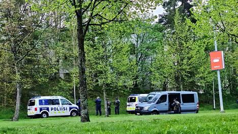 Silminnäkijöiden mukaan paikalla on seitsemän poliisiautoa.