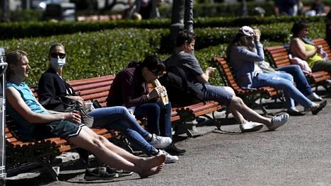 Esplanadin puistossa Helsingissä nautitaan aurinkoisesta lauantaipäivästä.