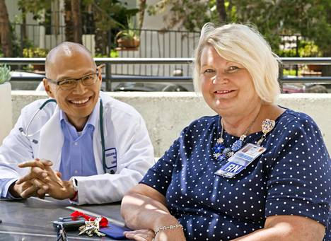 Filippiineiltä kotoisin oleva lastenlääkäri Crescantino Azcueta ja Pirkko Satola-Weeres Kaiser Permanente -sairaalan klinikan patiolla.