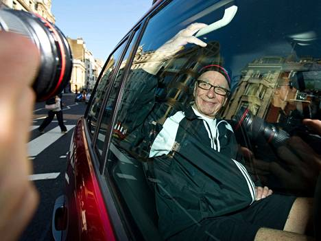 Mediapohatta Rupert Murdoch saapui Lontooseen selvittelemään News of the Worldin salakuuntelujupakkaa.
