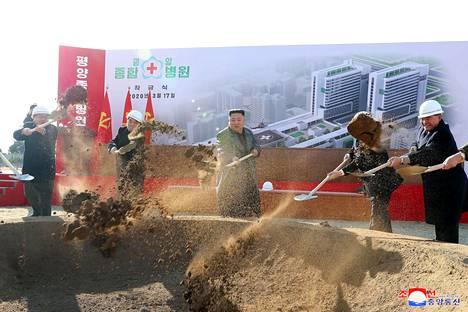 Vielä maaliskuun puolivälin jälkeen Kimin lapio heilui sujuvasti hänen osallistuessaan Pjongjangin uuden sairaalan peruskiven muuraukseen.