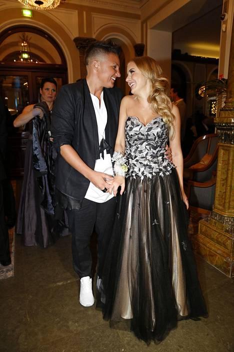 Nyrkkeilijä Elina Gustafsson juhli Linnassa viime vuonna rennossa puvussa ja valkoisissa tennareissa. Hänen puolisonsa Emmi Asikainen oli pukeutunut iltapukuun.