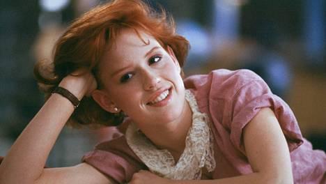 Molly Ringwald tähditti Breakfast Club -teiniklassikkoa (la 17.1. Teema klo 21.00).