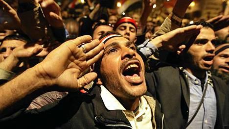 Egyptiläiset laulavat kansallislaulua ennen Mubarakin torstai-illan tv-puhetta.
