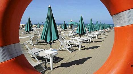 Auringonvarjot pysyivät kiinni myös Toscanassa sijaitsevalla San Vincenzon rannalla, vaikka sää oli mitä otollisin auringonpalvontaan.