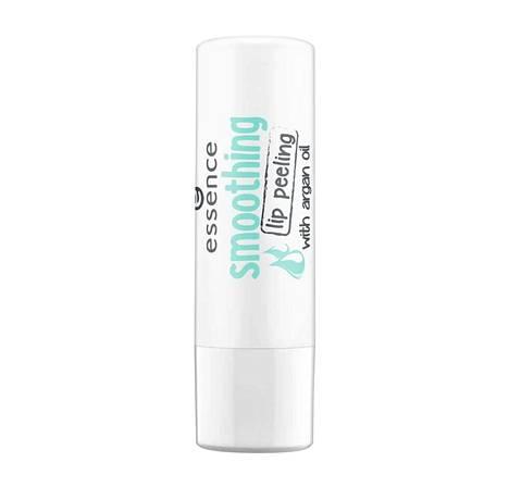 Arganöljyä sisältävä huultenkuorintapuikko pehmentää rohtuneet huulet ja kuorii ihorepaleet hellävaraisesti pois. Essence smoothing lip peeling -huultenkuorintapuikko 2,49 €, Pretty.fi.