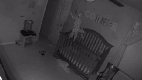 Connor-vauva tasapainoilee häkellyttävällä tavalla YouTube-suosioon nousseella videolla.