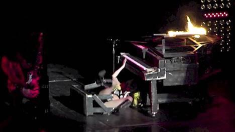 Lady Gaga tipahtaa palavan pianon päältä kesken shown.