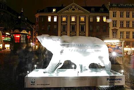 Sulava jääkarhu symboloi kiirettä, joka maailman johtajilla on.
