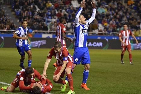 Muut Atletico Madridin pelaajat yrittivät avata Torresin suuta, jotta saavat kielen vedettyä pois nielusta. Näin ei lääkäri Alangon mukaan tarvitse tai kannata tehdä.