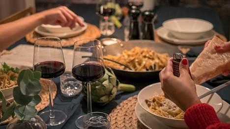 Hyvä viini kruunaa viikonloppuaterian.