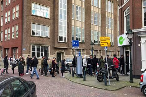Tämäkin jono kuvattiin sunnuntaina Haagissa.