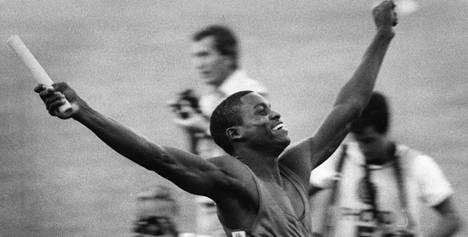 Carl Lewis tuulettaa Helsingin MM-kisoissa 1983.