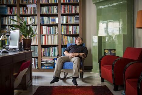 Kirjallisuuden rinnalla oma kieli merkitsee Kinnuselle paljon. Siviiliammatiltaan hän on äidinkielen opettaja. – Ammattini on myös oppilaiden sitominen osaksi kulttuuria. Hyvin selkeästi olen menneiden aikojen mies, Tommi Kinnunen sanoo.