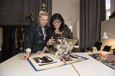Mirkka Metsola työskentelee nykyisin samoissa liiketiloissa, joissa äiti Tuula Niemi piti omaa liikettään aiemmin.