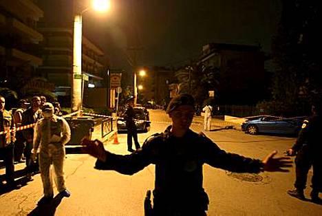 Poliisi kehotti mediaa siirtymään kauemmaksi ammuskelupaikalta rikostutkinnan ajaksi.