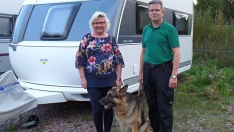 Mellu ja Harri Parviainen sekä Duke liikkuvat Hobbyllä kesässä noin neljätuhatta kilometriä. Öitä matkoilla kertyy noin 25.