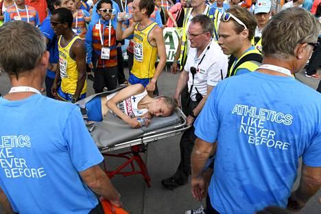 Lamminen kuljetettiin paareilla ambulanssiin.