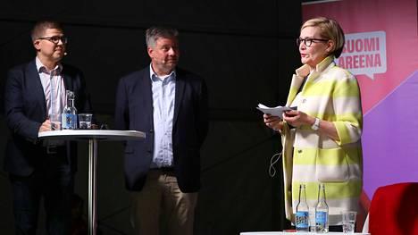 Suomi-Areena on peruttu. Kuvassa Helsingin Sanomien toimittajat Jaakko Lyytinen ja Marko Junkkari haastattelevat poliitikko Paula Risikkoa (kok) vuoden 2017 tapahtumassa.