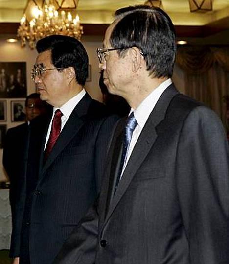 Kiinan Presidentti Hu Jintao (vas) ja Japanin pääministeri Yasuo Fukuda tapasivat Tokiossa tiistaina.