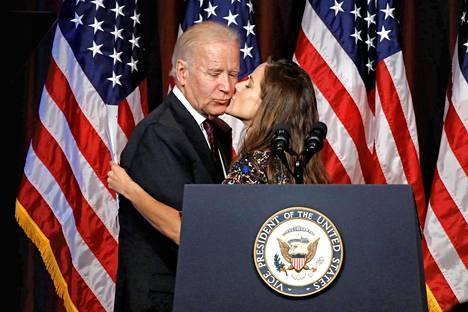 Ashley Biden antoi Vuoden isä -palkinnon 2016 saaneelle Joe Bidenille suukon.