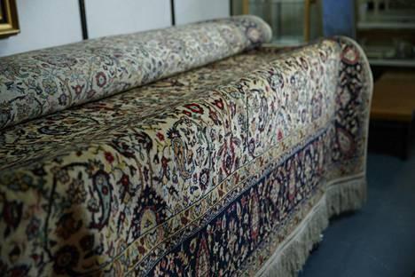 Matto ei ihan jokaiseen olohuoneeseen mahdu. Kokoa matolla on 300 x 420 senttiä.